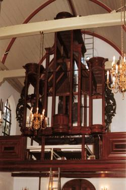De orgelkast in aanbouw